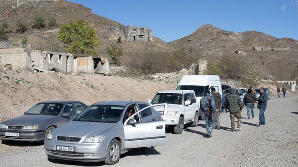 Местные жители, покидающие Нагорный Карабах, на пропускном пункте в районе города Карвачар