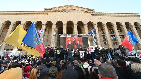 Участники акции оппозиции у здания Центризбиркома в Тбилиси