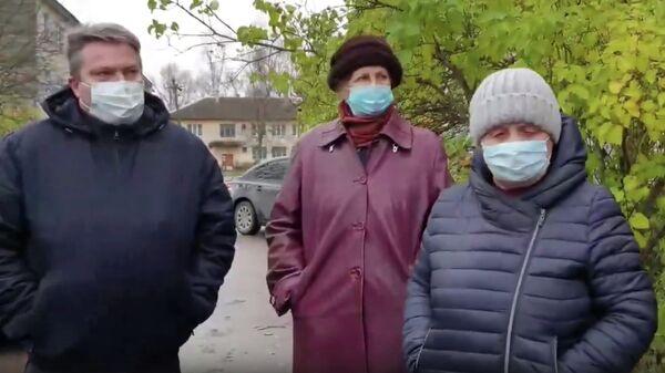 Жители поселка против заселения подопечных ПНИ в их дом. Стоп-кадр видео