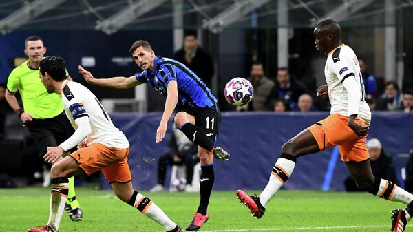 Atalanta's Swiss midfielder Remo Freuler shoots to score his team's third goal during the UEFA Champions League round of 16 first leg football match Atalanta Bergamo vs Valencia on February 19, 2020 at the San Siro stadium in Milan. (Photo by Vincenzo PINTO / AFP)