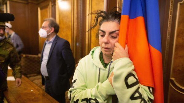 Участники акции протеста в одном из залов в здании правительства в Ереване