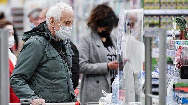 Люди в медицинских масках в ТЦ Южная Галерея в Симферополе