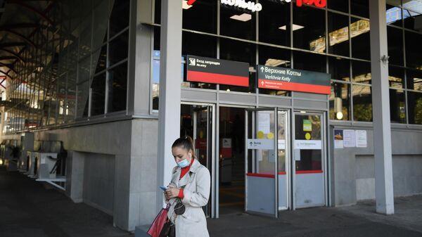 Женщина в защитной маске на станции МЦК Верхние Котлы в Москве