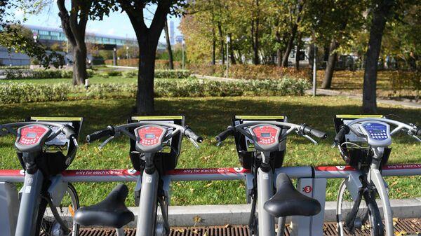 Велосипедная парковка возле станции МЦК Лужники в Москве