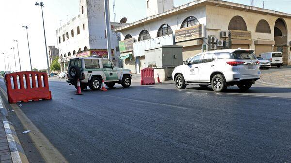 Полиция на улице в саудовском городе Джидда близ кладбища, где произошел взрыв. 11 ноября 2020