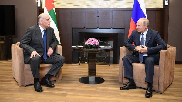 Президент РФ Владимир Путин и президент Абхазии Аслан Бжания во время встречи