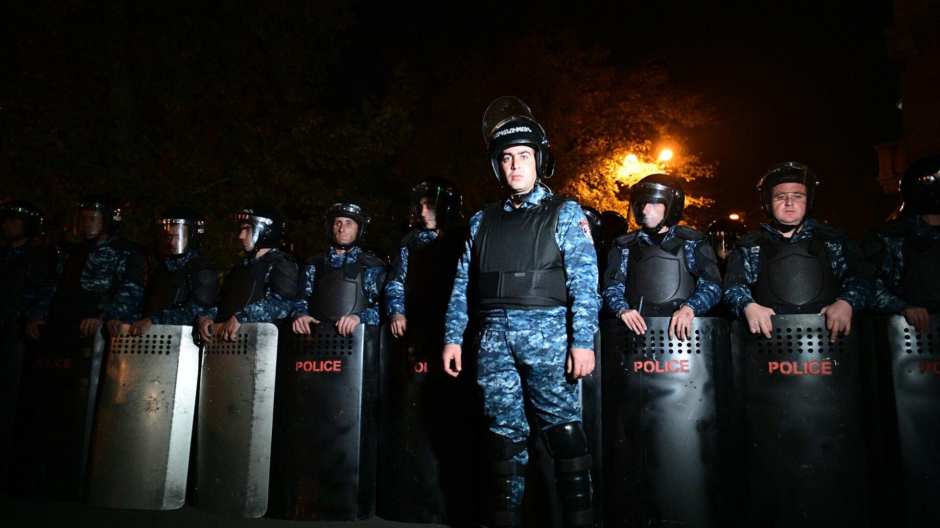 Сотрудники правоохранительных органов во время митинга оппозиции в Ереване - РИА Новости, 1920, 12.11.2020