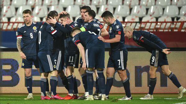 Футболисты сборной Шотландии радуются забитому мячу