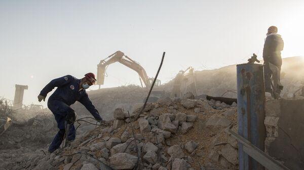 Сотрудники МЧС РФ на месте разбора завалов после взрыва в Бейруте
