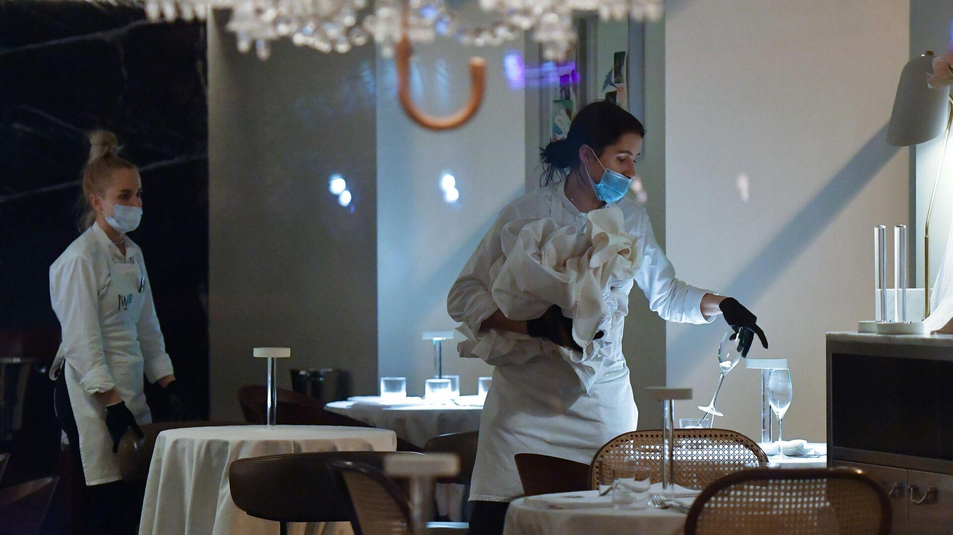 Официантки в закрытом ресторане на одной из улиц в Москве - РИА Новости, 1920, 27.01.2021