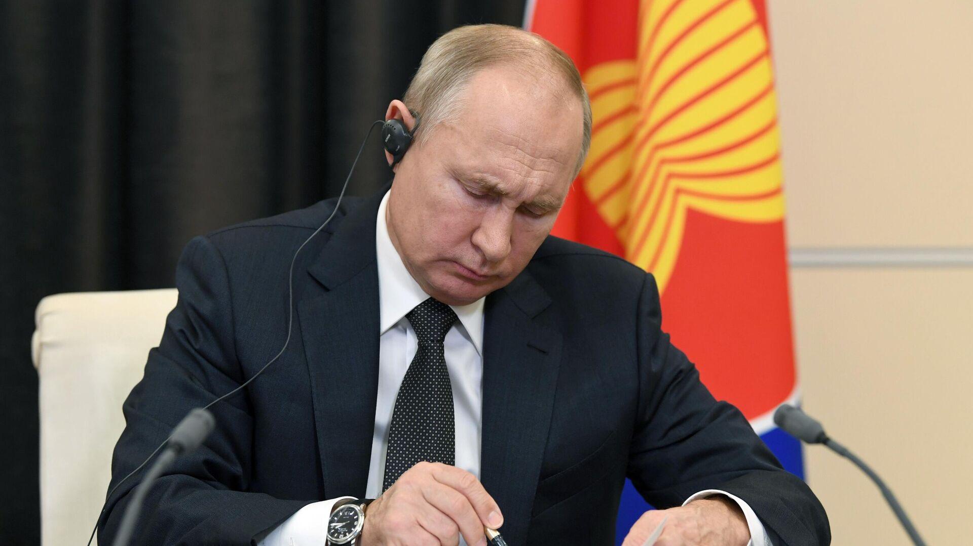 Президент РФ Владимир Путин принимает участие в 15-м Восточноазиатском саммите в режиме видеоконференции - РИА Новости, 1920, 15.11.2020