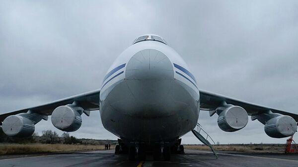 Самолет Ан-124 Руслан во время погрузки бронетехники и личного состава подразделений 15-й миротворческой бригады на аэродроме Ульяновск-Восточный для дальнейшей их доставки в Армению