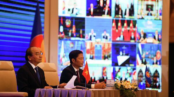Премьер-министр Вьетнама Нгуен Суан Фук на церемонии подписания соглашения о Всестороннем региональном экономическом партнерстве на саммите АСЕАН