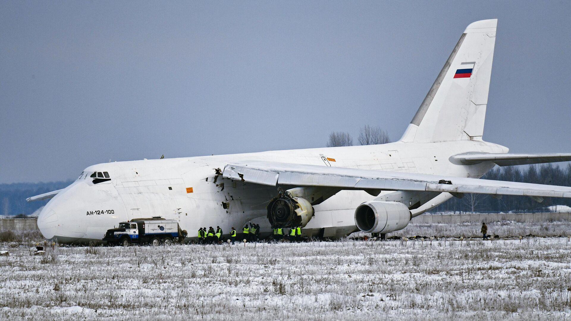 Работы на месте аварийной посадки самолета Ан-124 в аэропорту Толмачево в Новосибирске - РИА Новости, 1920, 15.11.2020