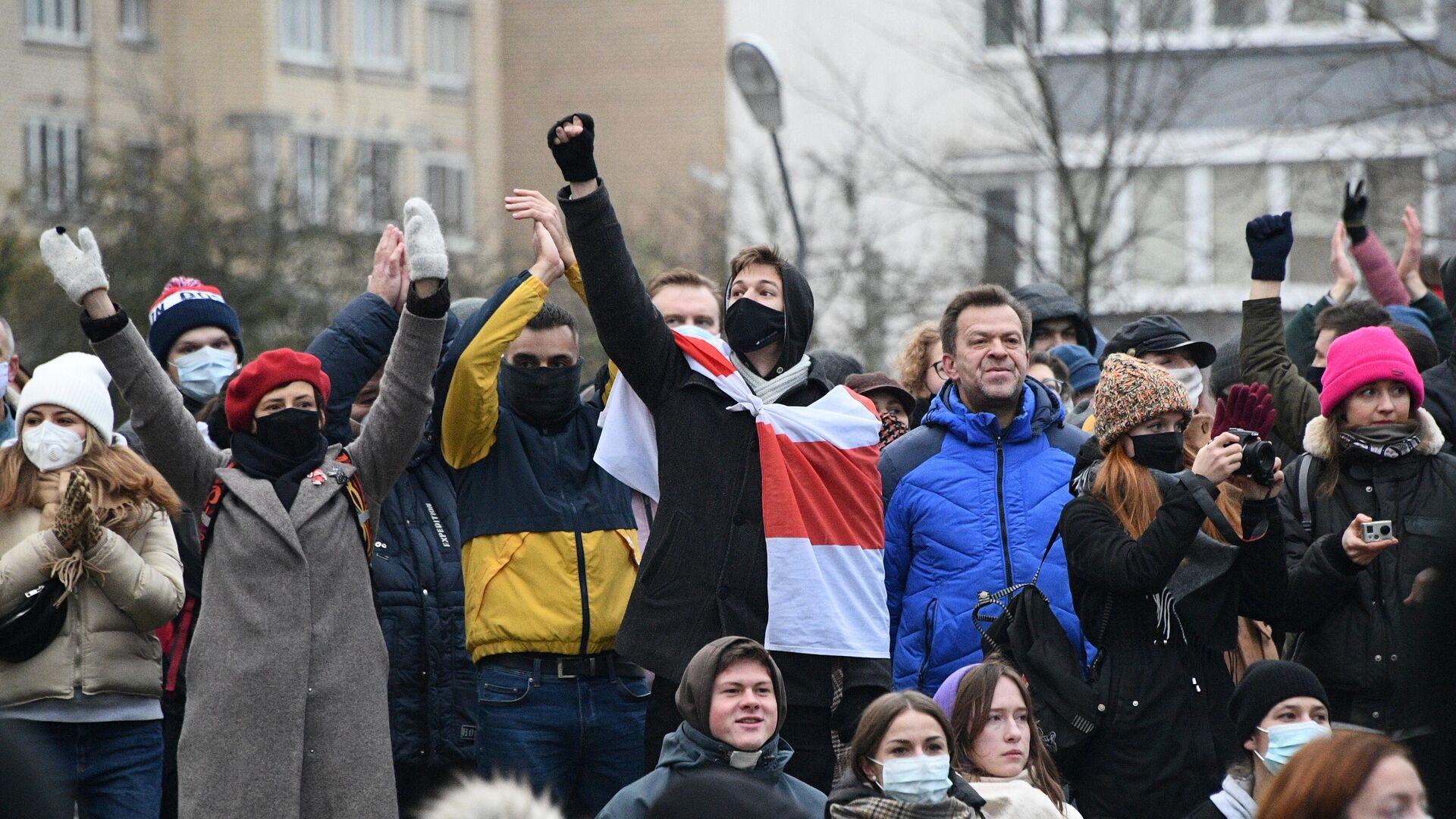 Участники акции протеста у народного мемориала в память о погибшем 12 ноября жителе белорусской столицы Романе Бондаренко - РИА Новости, 1920, 15.11.2020