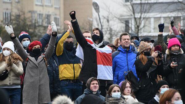 Участники акции протеста у народного мемориала в память о погибшем 12 ноября жителе белорусской столицы Романе Бондаренко