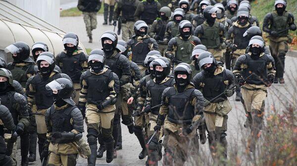 Сотрудники правоохранительных органов во время несанкционированной акции белорусской оппозиции Марш смелых в Минске