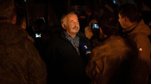 Журналисты общаются с беженцами из Нагорного Карабаха, вернувшимися в Степанакерт из Еревана
