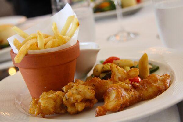 Рыба и картофель фри в ресторане ЮАР