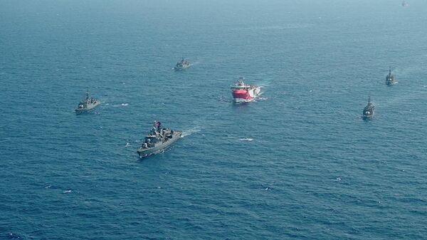 Турецкое исследовательское судно Oruc Reis, окруженное кораблями турецких военно-морских сил