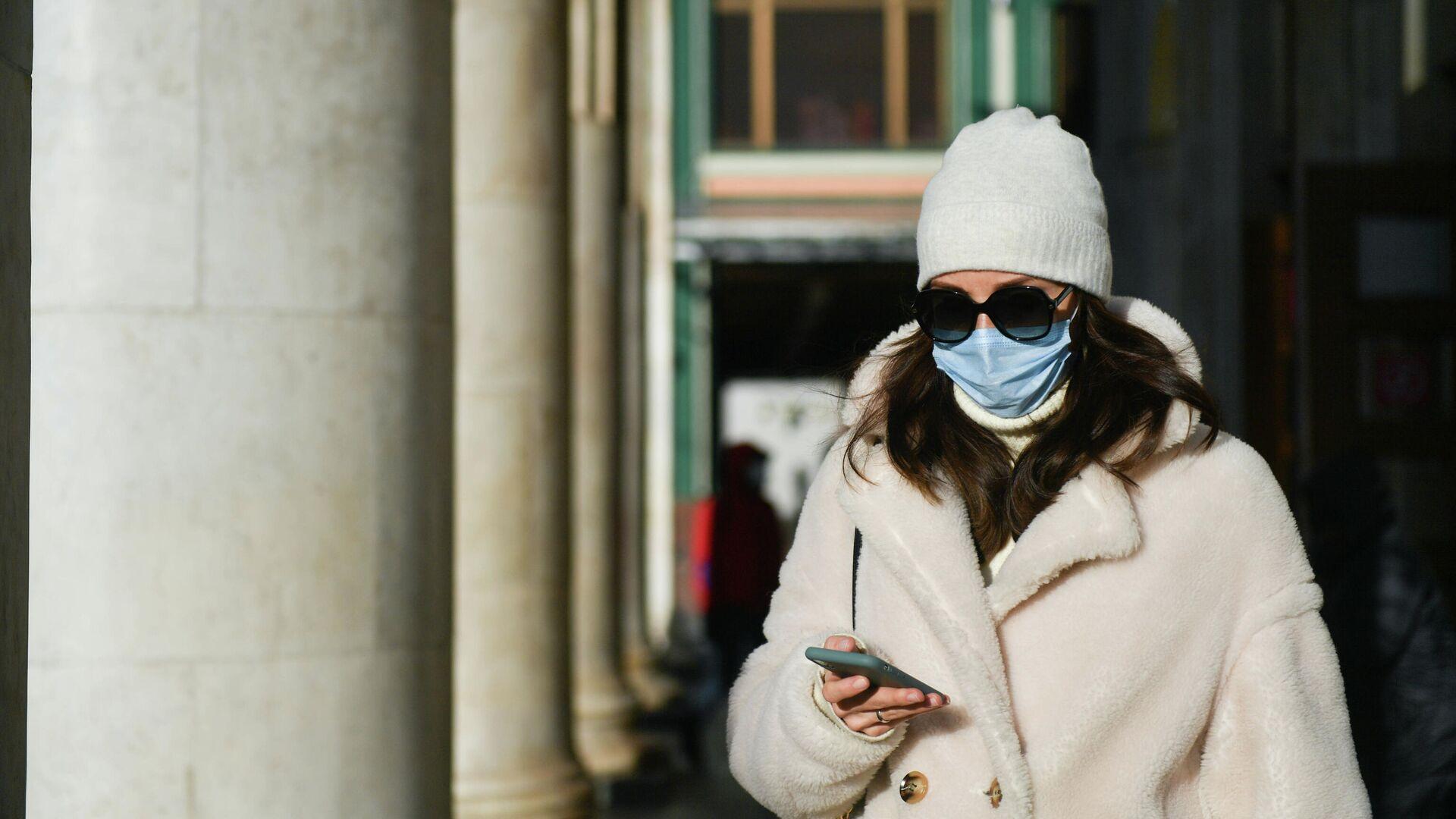 Девушка в защитной маске на улице в Москве - РИА Новости, 1920, 04.01.2021