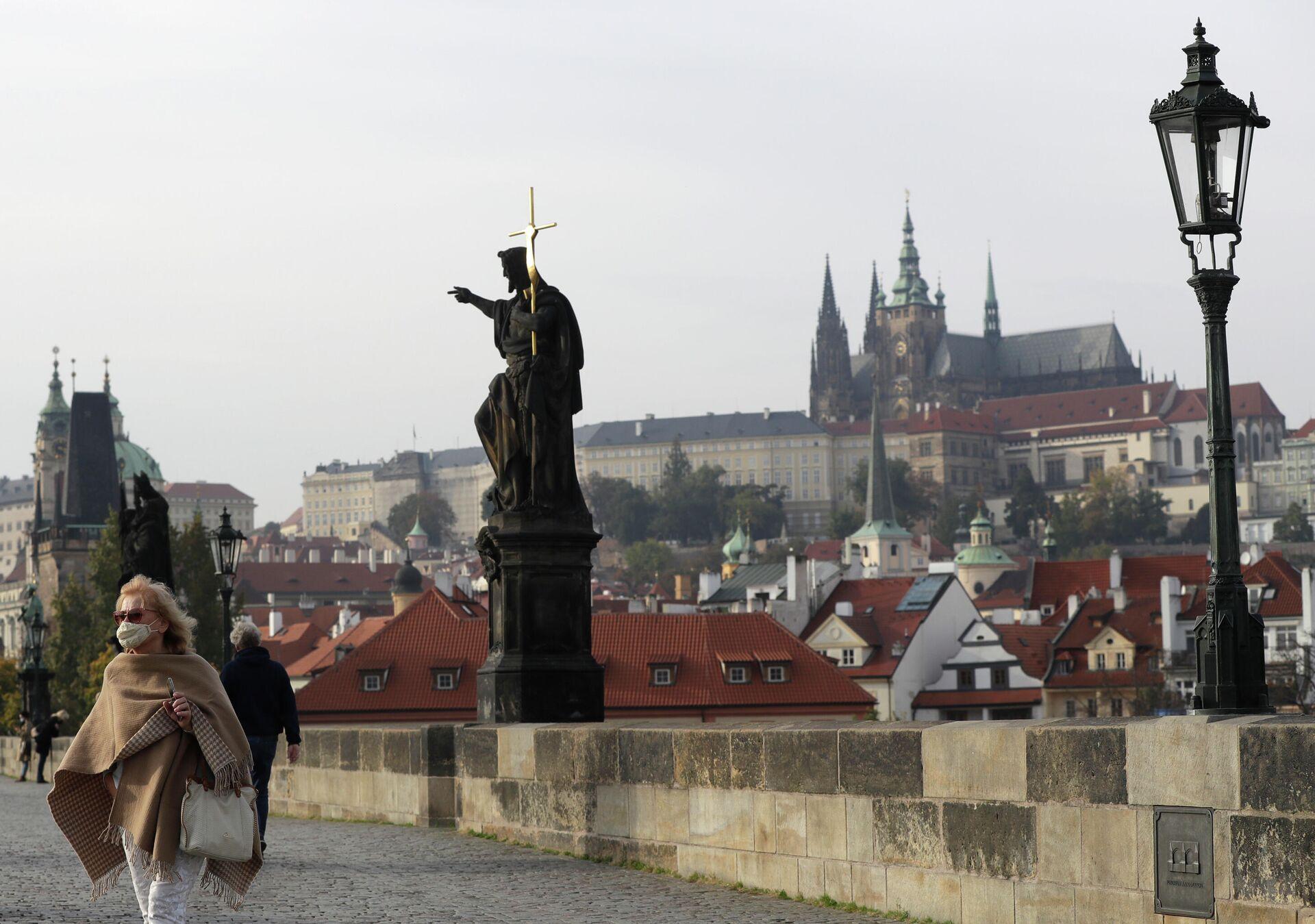 Женщина в маске на Карловом мосту в Праге - РИА Новости, 1920, 04.03.2021