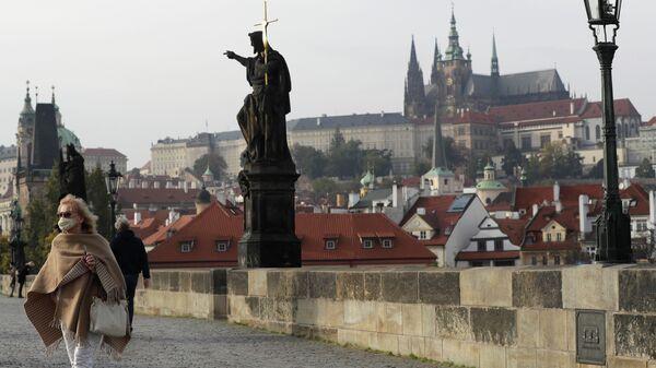 Женщина в маске на Карловом мосту в Праге