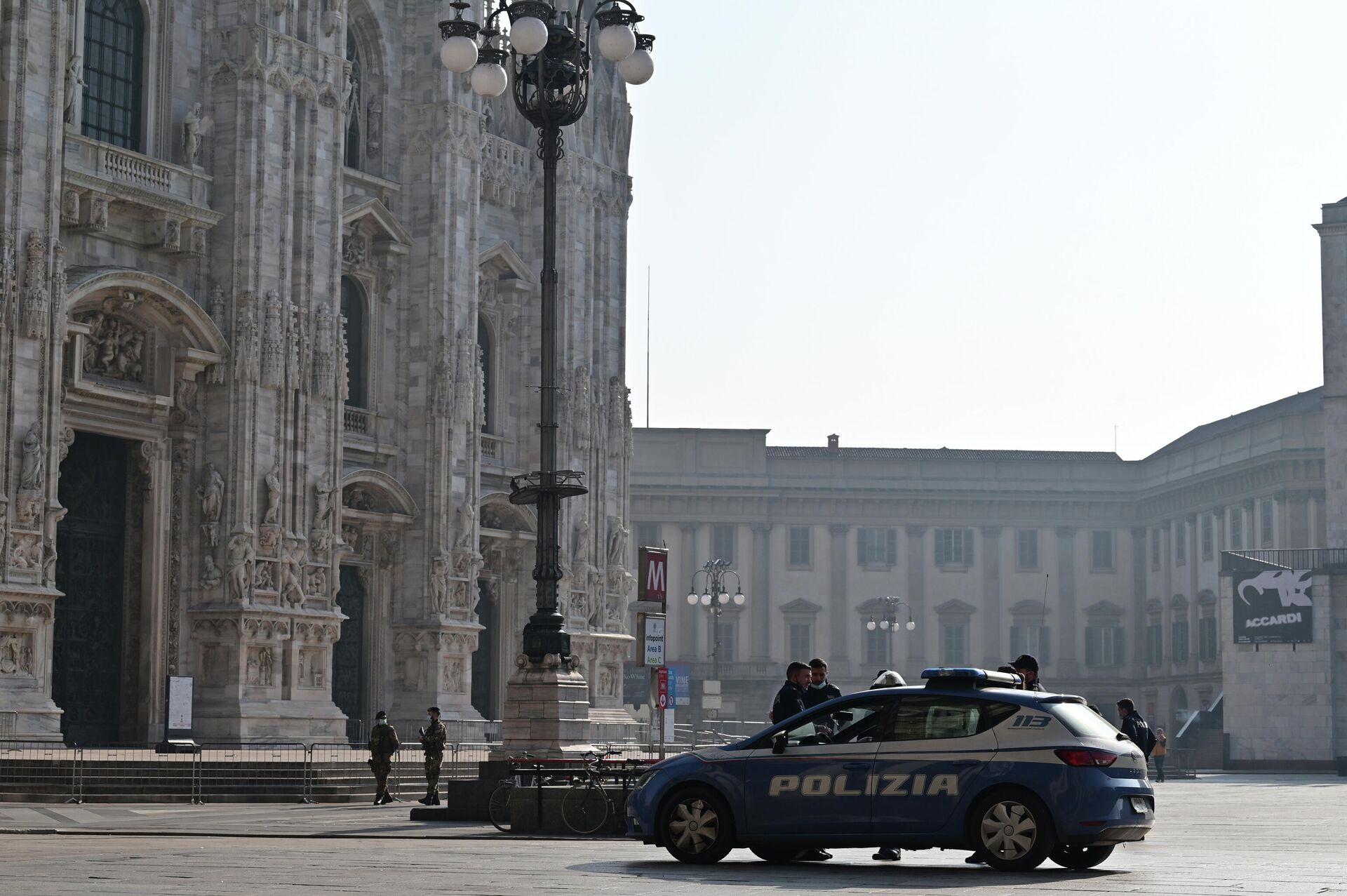 Солдаты итальянской армии и полицейские патрулируют площадь перед собором Дуомо в центре Милана - РИА Новости, 1920, 17.11.2020