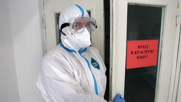 Медицинский работник у входа в красную зону ковид-госпиталя в Новоалтайске