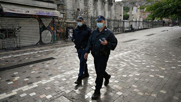 Полицейские патрулируют закрытый археологический объект Библиотеку Адриана в центре Афин