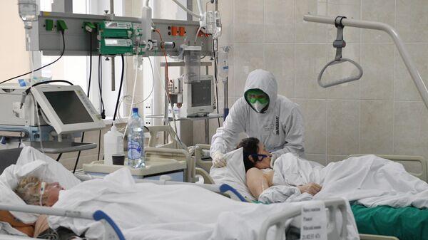 Медицинские работники и пациенты в отделении интенсивной терапии ковид-госпиталя