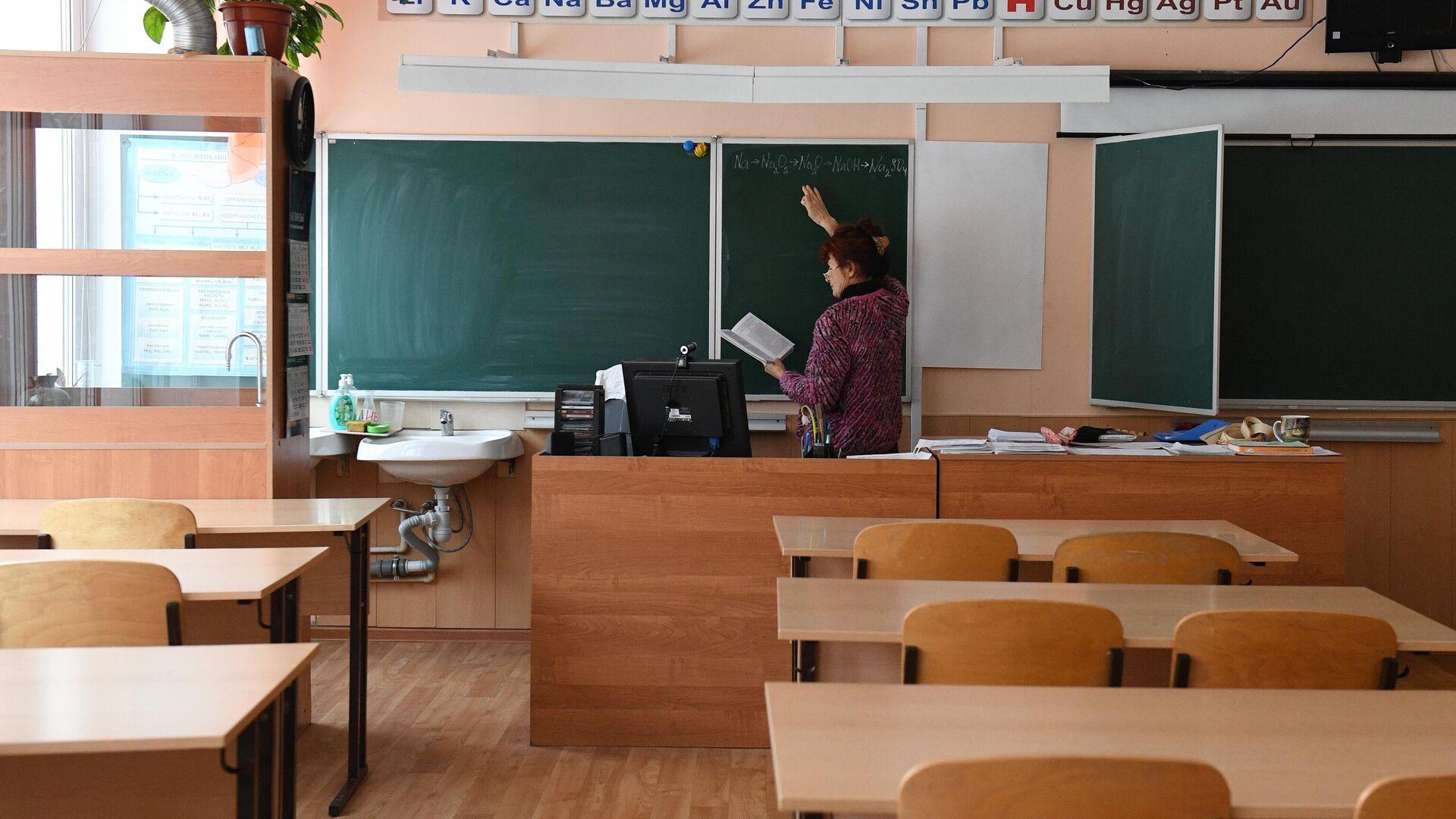 Учитель химии готовится к дистанционному уроку в гимназии №15 Новосибирска - РИА Новости, 1920, 05.12.2020