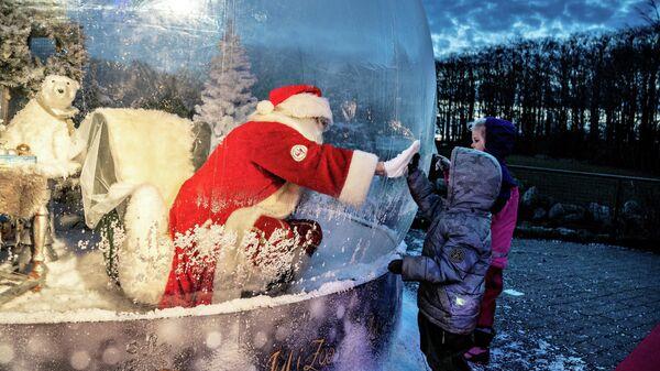 Санта-Клаус здоровается с детьми в зоопарке Ольборга, Дания
