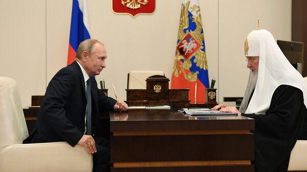 Президент РФ Владимир Путин и патриарх Московский и всея Руси Кирилл во время встречи.