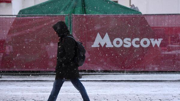 Прохожий на одной из улиц в Москве