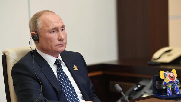 Президент РФ Владимир Путин принимает участие в режиме видеоконференции во встрече лидеров экономик форума АТЭС