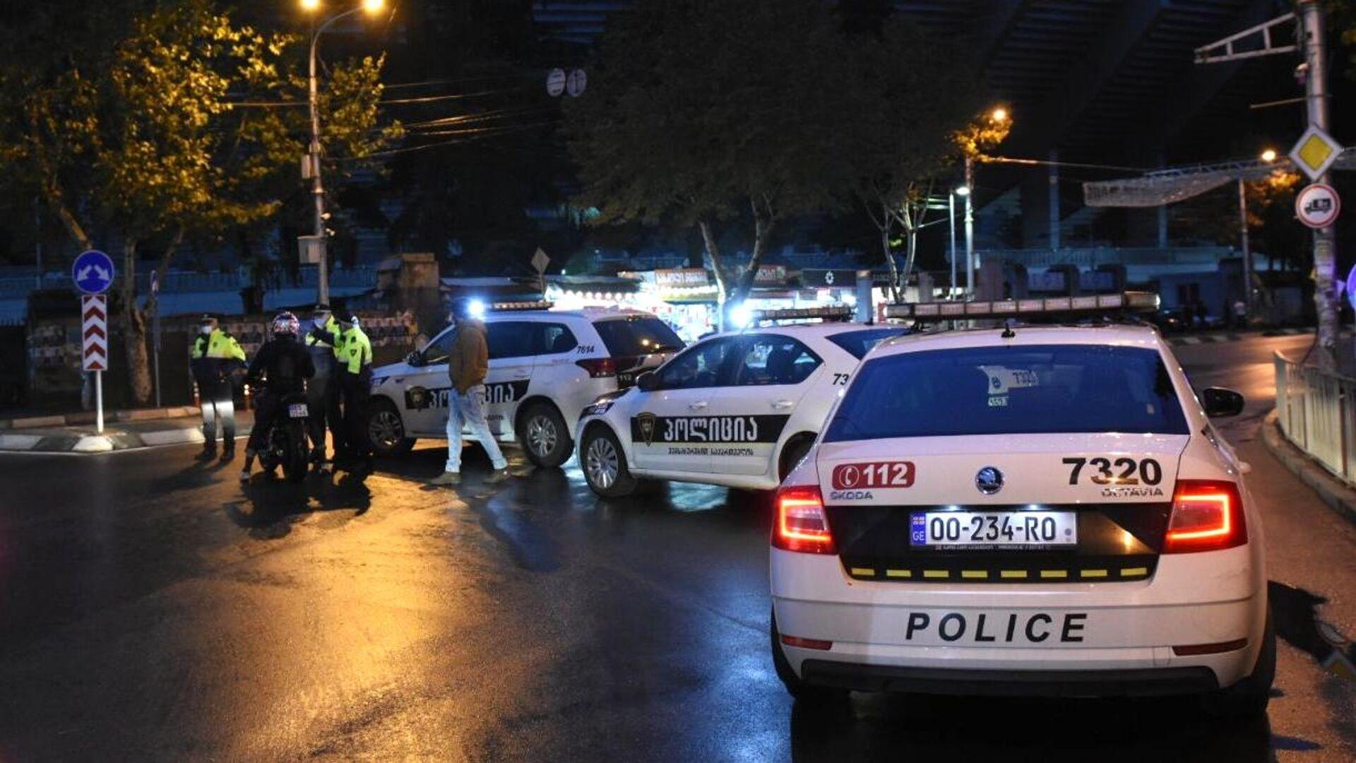 Сотрудники полиции на проспекте Церетели в Тбилиси, где вооруженный мужчина, который ворвался в офис микрофинансовой организации, удерживает в заложниках девять человек - РИА Новости, 1920, 23.02.2021