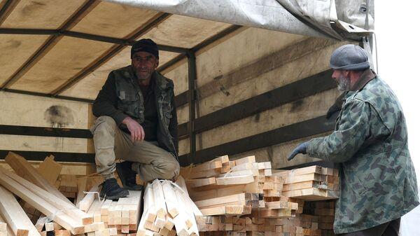 Разгрузка гуманитарного конвоя в Степанакерте