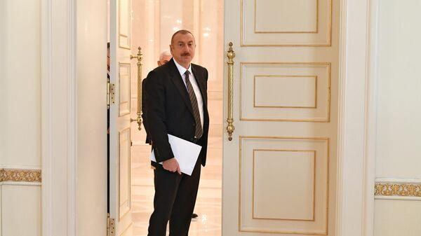 Президент Азербайджана Ильхам Алиев перед встречай с министром обороны РФ Сергеем Шойгу в Баку