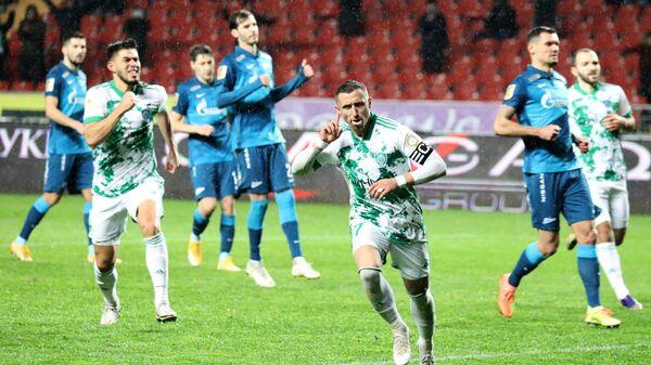 Форвард Ахмата Бернард Бериша радуется забитому голу в ворота Зенита
