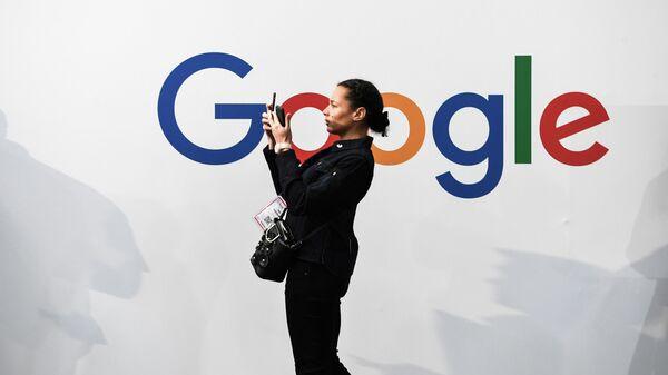 Девушка на фоне логотипа компании Google