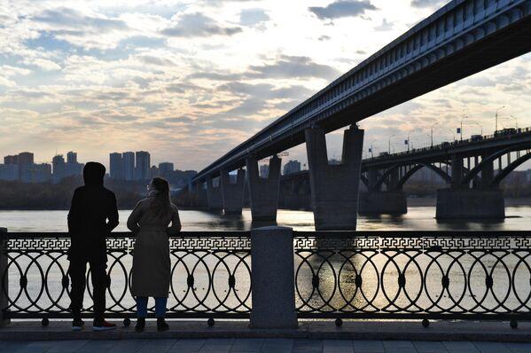 Молодые люди на Михайловской набережной в Новосибирске