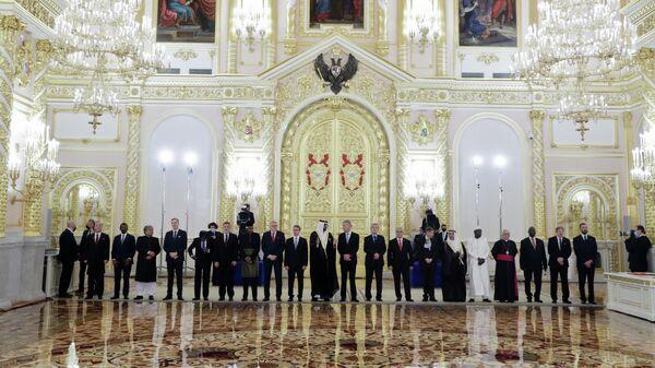 Чрезвычайные и полномочные послы 20 иностранных государств на церемонии вручения верительных грамот президенту РФ Владимиру Путину в Александровском зале Большого Кремлёвского дворца. 24 ноября 2020
