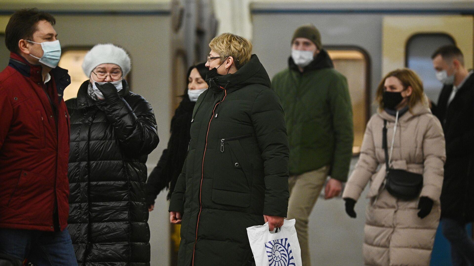 Пассажиры в защитных масках на одной из станций Московского метрополитена - РИА Новости, 1920, 25.11.2020