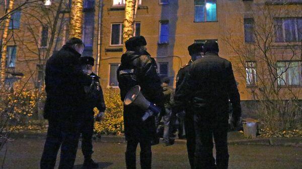 Сотрудники полиции у жилого дома в городе Колпино Ленинградской области, где мужчина удерживал детей