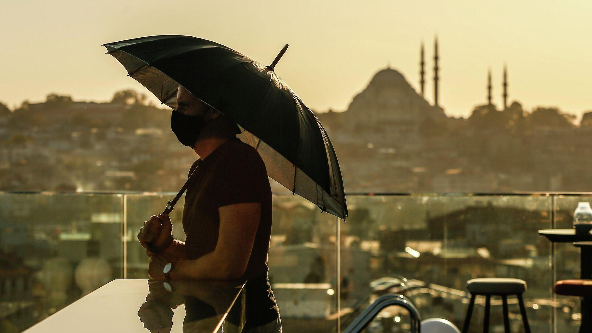 Турист в защитной маске в Стамбуле  - РИА Новости, 1920, 01.01.2021