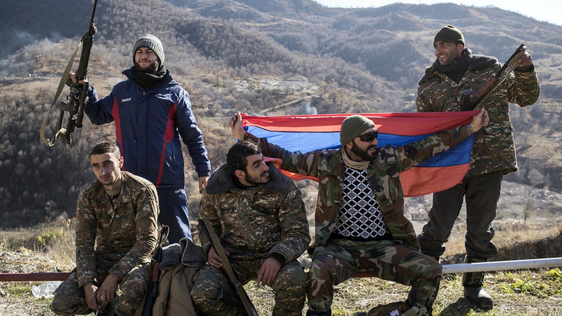 Вооруженные мужчины с флагом Армении в Кельбаджарском районе Нагорного Карабаха накануне передачи Азербайджану - РИА Новости, 1920, 04.06.2021