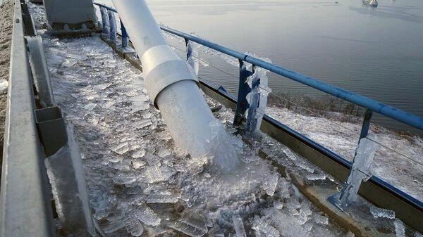 Осколки наледи на мосту на остров Русский во Владивостоке