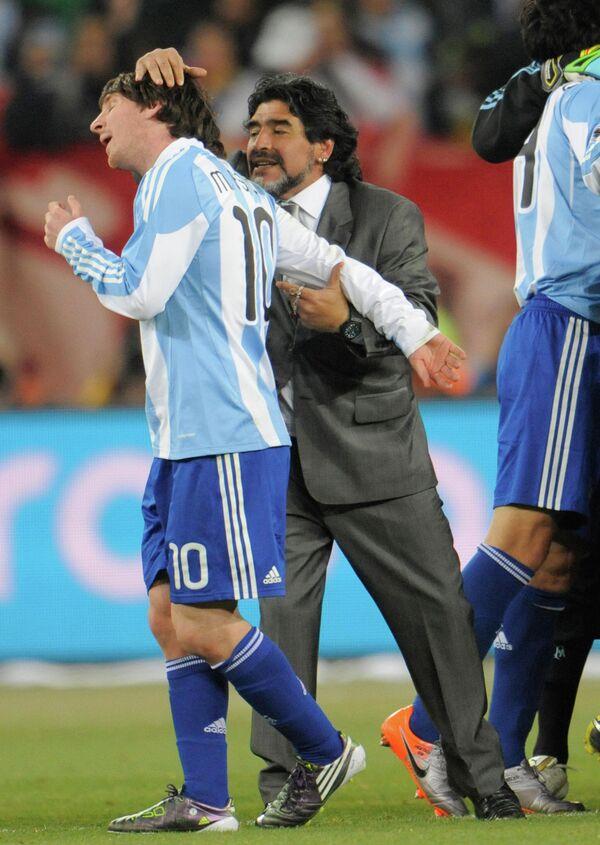 Аргентинский нападающий Лионель Месси и главный тренер сборной Аргентины Диего Марадона