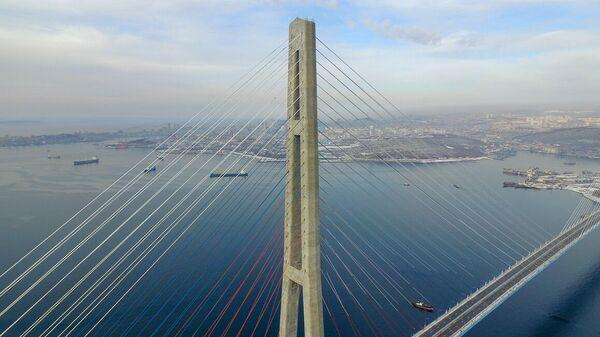 Мост на остров Русский во Владивостоке, расчищаемый от наледи, которая образовалась в результате осадков